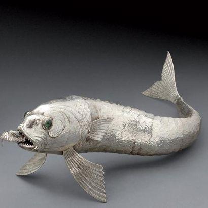 Grand poisson articulé en argent tenant...