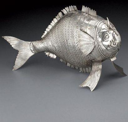 Important poisson formant boîte en argent...