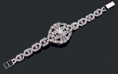 Bracelet articulé en or gris serti de diamants...