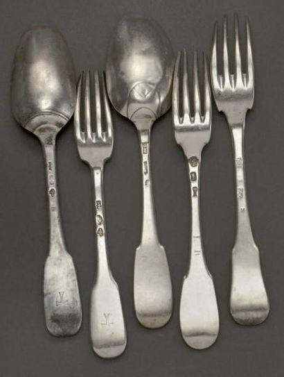 Trois fourchettes et deux cuillères en argent,...