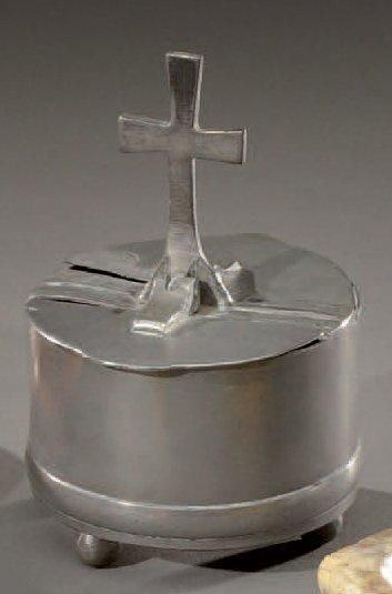Ciboire en étain surmonté d'une croix.il...