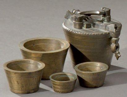 Pile de poids en bronze avec fermoir et poignée, renfermant quatres godets chacuns...