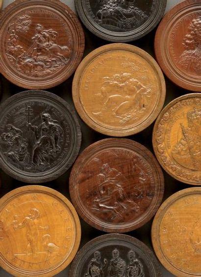 Ensemble de quarante quatre médailles allemandes commémoratives en bois d'essences...