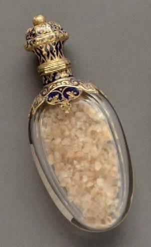 Flacon à sel en cristal, colerette et bouchon de forme balustre en or jaune émaillé...