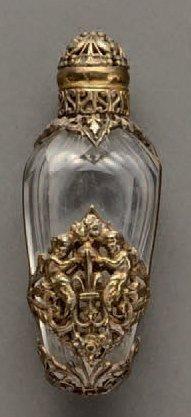 Flacon à sel en crital taillé dans une monture en métal finement sculptée à décor...