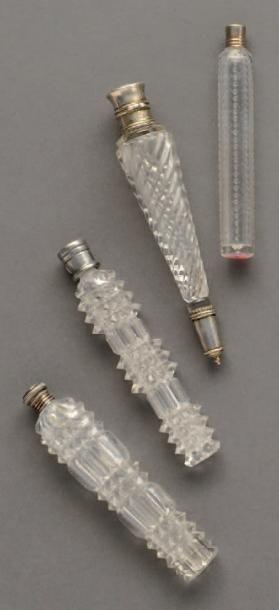 Ensemble de quatre flacons à sel en cristal taillé. Trois de forme baguette à décor...