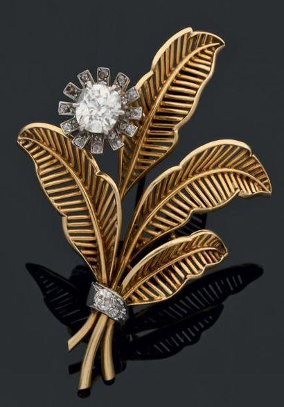 """Clip """"fleur"""" orné d'un diamant de taille ancienne dans un entourage de roses sur..."""