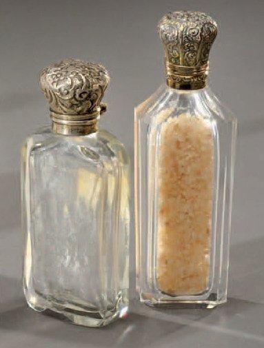 Ensemble de deux flacons à sel en cristal taillé. Bouchons en argent à motif floraux...