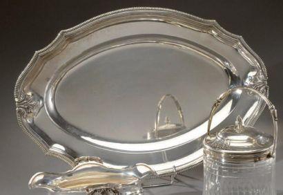 Plat ovale en argent polylobé à décor d'agrafes....