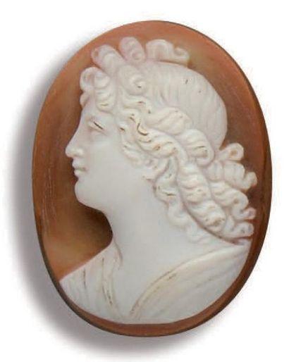 Camée ovale sur agate dessinant le profil...