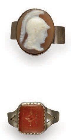 Bague ornée d'un camée ovale sur agate représentant...