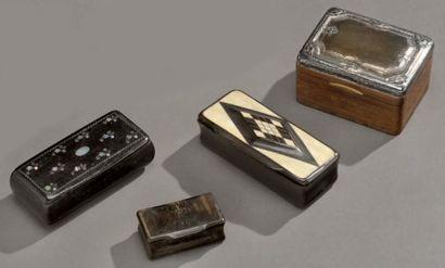 Boîte à timbre en bois, le couvercle recouvert...