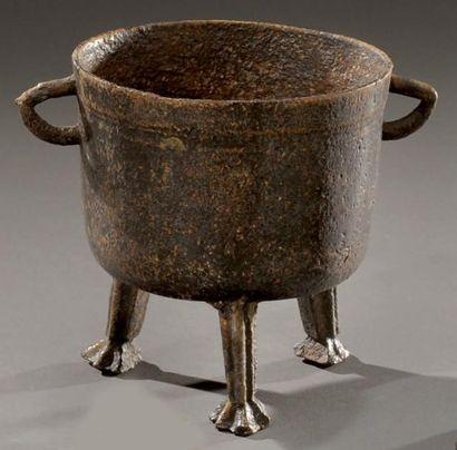 Petite marmite tripode en bronze. XVIIème...