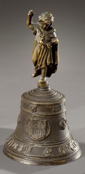 Cloche de table en bronze doré à décor sculpté...