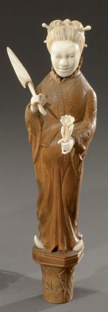 Statuette en bois clair sculpté dans le goût...