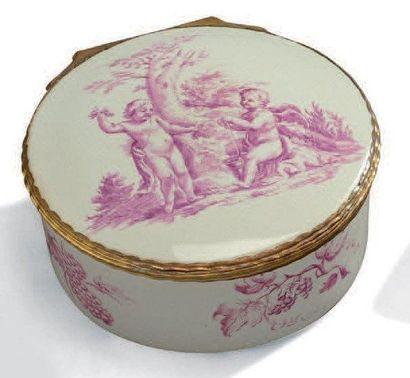 Boîte ronde en porcelaine blanche à décor...