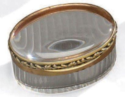 Boite ovale en cristal taillé. Monture en...