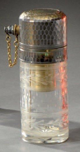 Flacon vaporisateur en cristal gravé à décor de feuillage. Monture en argent. Fin...