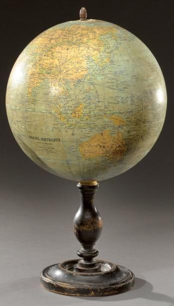 Globe terreste axial sur son pied en bois...