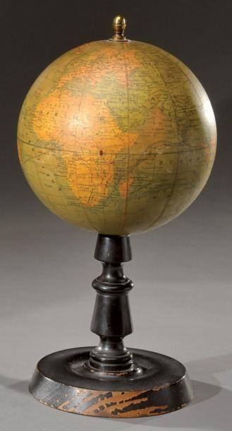 Globe terrestre axial sur son pied en bois...