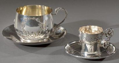 Un dejeuner et une tasse à thé en argent....