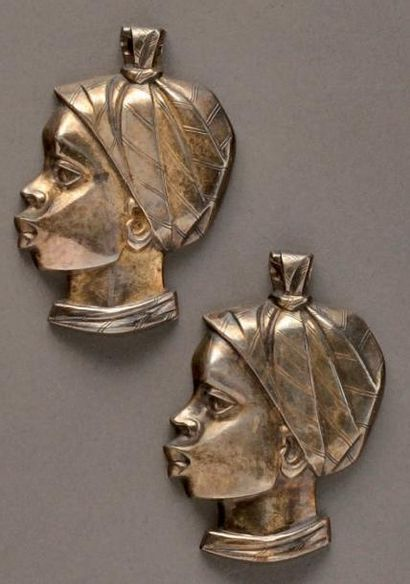 Deux importants pendentifs en argent figurant...
