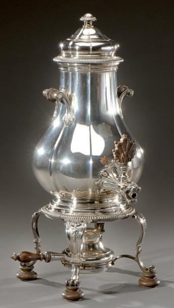 Samovar en métal argenté de style Louis XV. Travail de la maison Bointaburet. Haut.:...
