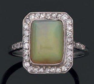 Bague en or gris ornée d'une opale dans un...