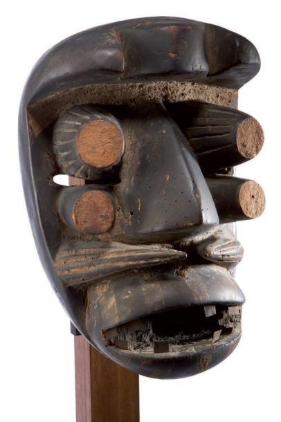 We. (Côte-d'Ivoire) Puissant masque affichant...