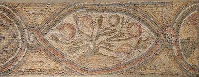 Importante mosaïque à décor d'un bouquet...