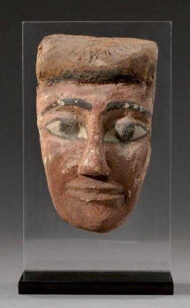 Masque de sarcophage en bois stuqué et polychrome....