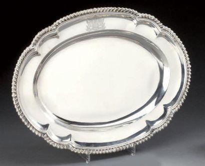 Plat ovale en argent polylobé à bord godroné....