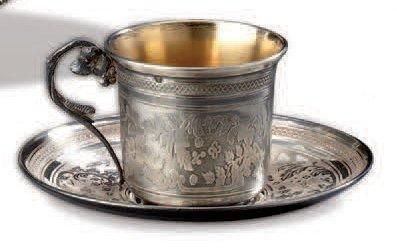 Tasse et sous-tasse en argent guilloché de...