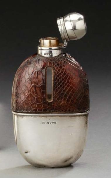 Flasque en verre recouverte de cuir en partie...