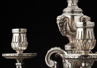 Paire de bougeoirs en bronze argenté de style Louis XVI à trois lumières. Orfèvre:...