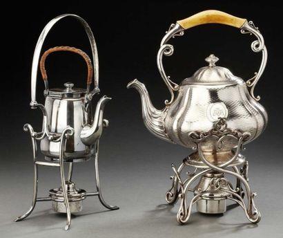 Samovar en métal argenté guilloché de forme pansu avec son support en volutes entrelacées....