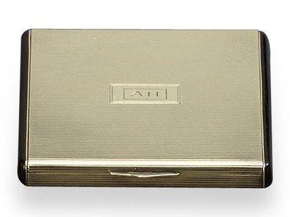 CARTIER Poudrier carré en or 14 k strié, cartouche monogrammé AH. Signé. Dim.: 6...