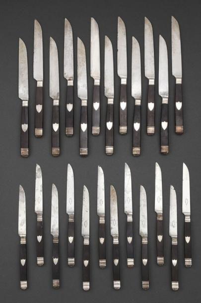 Lot de couteaux manches ébène, lames décorées...