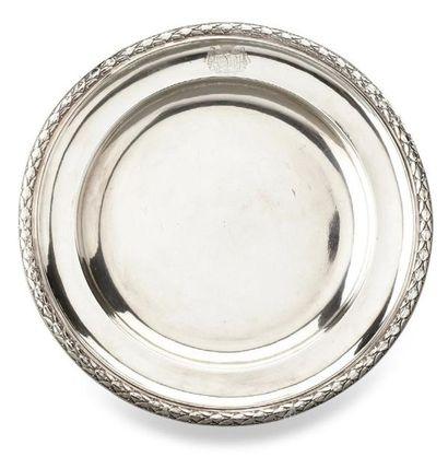 Plat rond en argent la bordure décorée d'une...