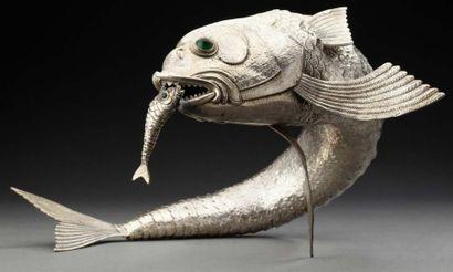 Grand poisson articulé en argent tenant dans...