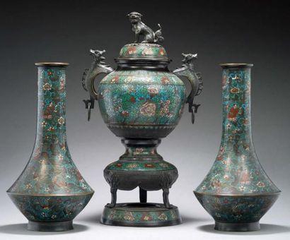 CHINE Garniture cloisonnée chinoise comprenant un grand brûle-parfum et deux vases...