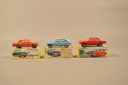 DINKY TOYS Ensemble de trois véhicules dans leurs boîtes comprenant: - BMW 1500,...