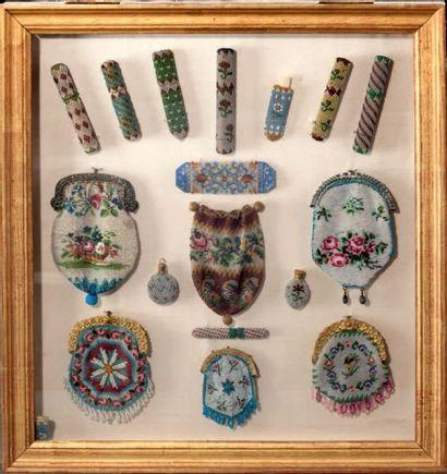 Ensemble d'objets en perlé comprenant des étuis à aiguilles, des bourses, des flacons...