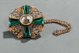 Médaille en vermeil, émail et pierre verte....