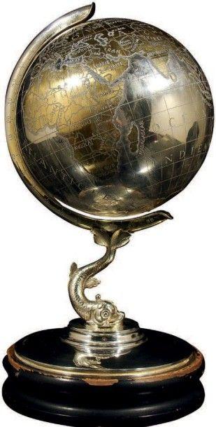Globe terrestre en argent et laiton soutenu...