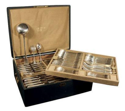 Ménagère en métal argenté modèle filet-coquille. Conditionnée dans son coffret d'origine....