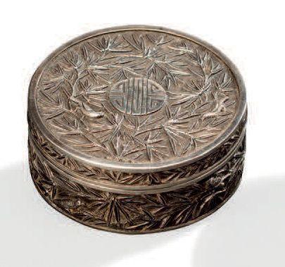 Boite en argent de forme ronde à décor ciselé de roseaux sur fond amati. Travail...