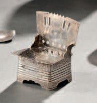 Saleron en argent en forme de chaise à motif...