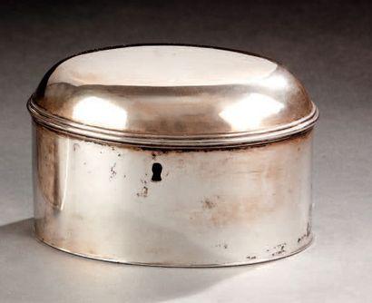 Boîte à clef en argent uni de forme ovale....