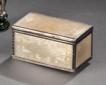 Petite boîte rectangulaire en nacre sculptée...
